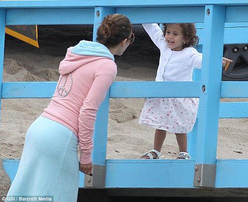 Дочка певицы Эмма пришла посмотреть на мамочку