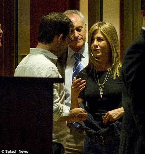 Несколько дней назад папарацци застукали Дженнифер и Кристофера выходящими из ресторана после свидания. Фото: Daily Mail