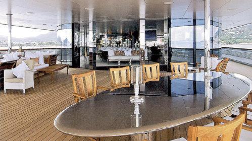 Весь хрусталь для яхты был на заказ выпущен фирмой «Baccarat»