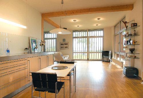 Мебель в доме Раймонда - из Англии, Италии и местного производства, а светильники - из Швеции