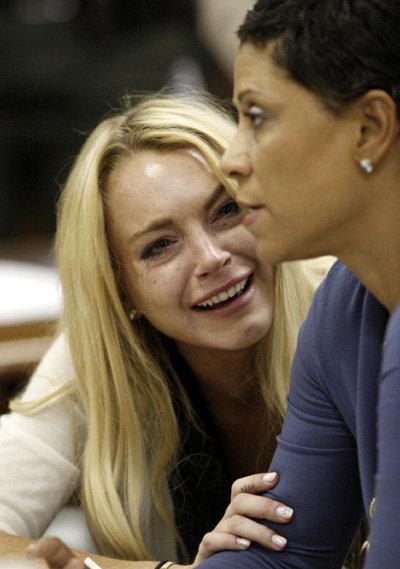 Реальная Линдси со своим адвокатом в зале суда...
