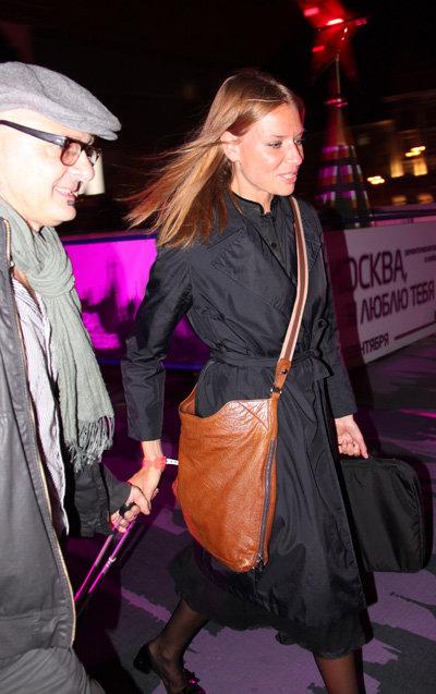 Сопровождавший актрису незнакомец трогательно помогал ей катить чемоданчик