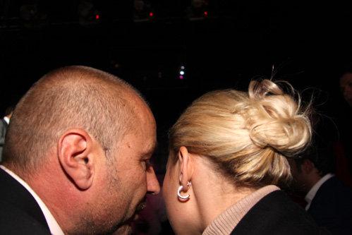 ..а он ей шептал что-то на ушко