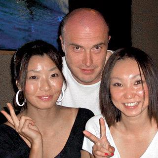 Во время поездки в Японию МИРОНОВ познакомился с двумя очаровательными девушками