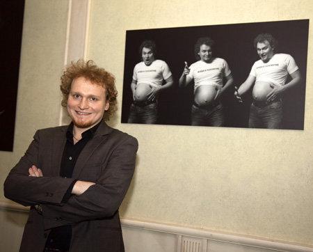 Сергей САФРОНОВ на фоне своей фотографии