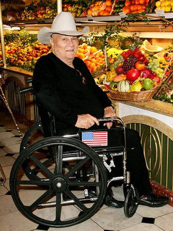 Последние годы актёр был прикован к инвалидному креслу