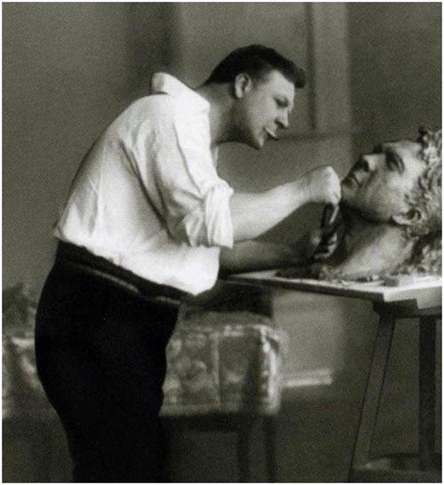 Федор Иванович работает над своим скульптурным портретом, 1912 г. Фото: biography.wikireading.ru