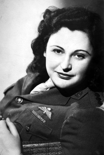 Студийное фото Нэнси Уэйк в 1945 году. Источник: awm.gov.au