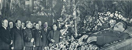 Иосиф Сталин в гробу. После ареста Лаврентия Берии кто-то вымарал лицо главного чекиста на фотографии. Фото: журнал «Советский Союз» / Wikimedia.org