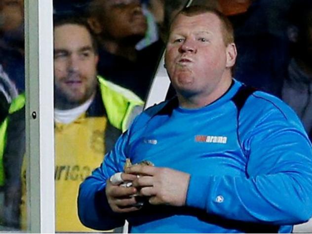 Съевшему пирог вовремя матча вратарю предъявили обвинение в Британии