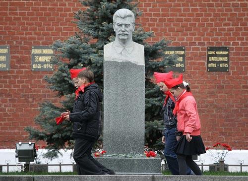 Пионеры у могилы Иосифа Сталина. Фото: RIA Novosti archive / Владимир Федоренко / Wikimedia.org