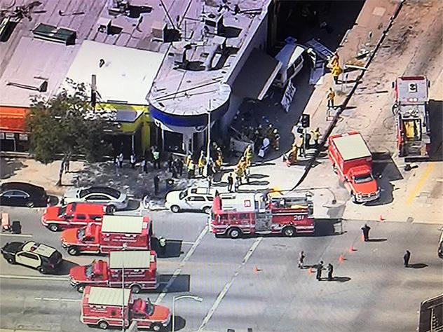 ВЛос-Анджелесе фургон въехал втолпу людей, 8 пострадавших