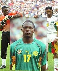 Футболисты сборной Камеруна с портретом Фоэ перед финалом Кубка конфедераций-2003