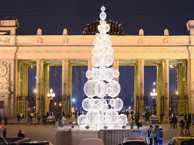 В российской столице около парка Горького установят зеркальную елку-куб