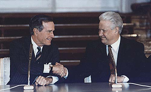 Президенты Джордж Буш и Борис Ельцин во время подписания договора об «СНВ-II» в Кремле. Фото: wikipedia.org