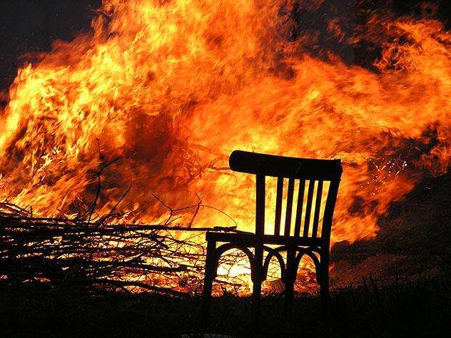 Пожарные борются с огнем в московском «Доме педагогической книги»