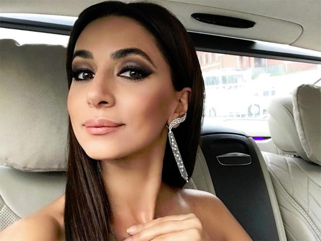 Известная певица Зара на своей страничке в социальной сети Instagram порадовала подписчиков новой фотографией. На снимке она идем в элегантном белоснежном костюме. При этом в руках у певицы маленькая сумочка.