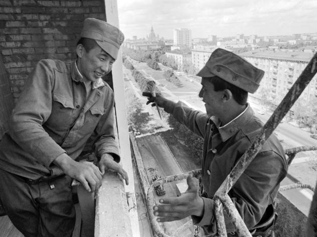 Военнослужащие строительного батальона во время строительства одного из домов в Москве, 1991 год. Власов Олег/Фотохроника ТАСС