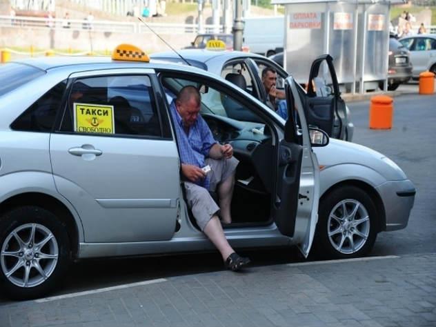 Рабочий день московских таксистов хотят ограничить восемью часами