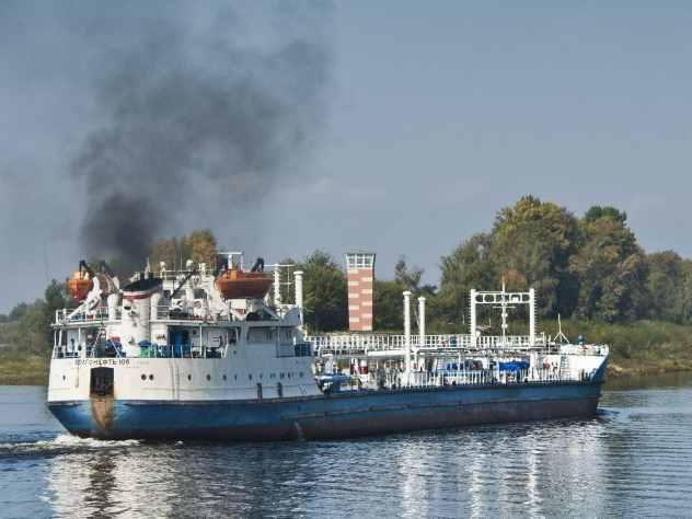Один из жителей Волгограда рассказал подробности столкновения баржи и катамарана. Он в этот момент находился на берегу. По его словам, катамаран двигался без габаритных огней. На его борту компания затеяла какое-то празднование.