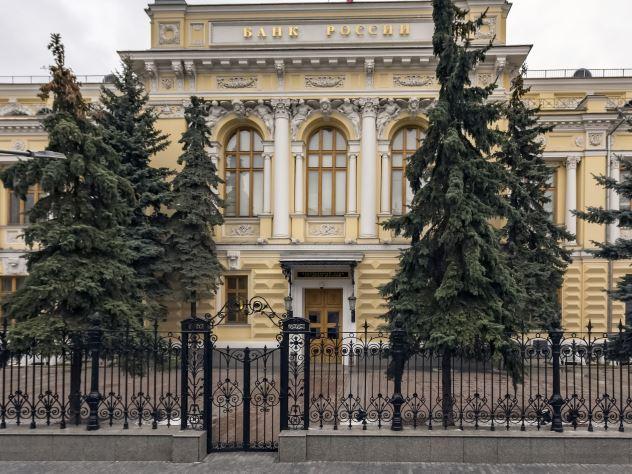 Эксперты полагают, что ЦБ РФ лукавит, обвиняя молодежь в потенциальном негативном влиянии на экономику. По их мнению, регулятор хочет скрыть собственную неуверенность и пытается придумать объективные причины грядущих трудностей для правительства и народа
