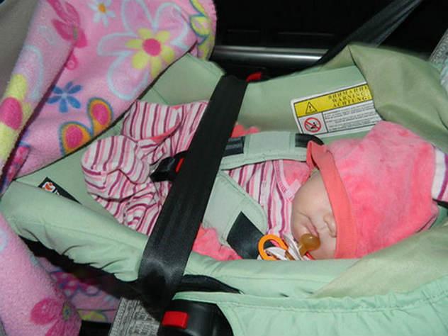Детей младше семи лет оставлять в автомашинах без совершеннолетних запрещено