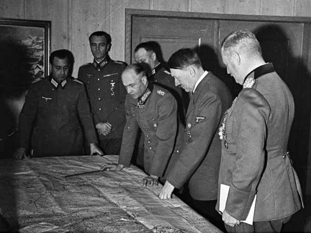 Адольф Гитлер на совещании с генералами Третьего Рейха, октябрь 1941 г. Фото: wikimedia.org