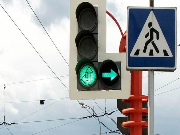 Пострадавшие стояли на светофоре перед пешеходным переходом в ожидании зеленого сигнала светофора