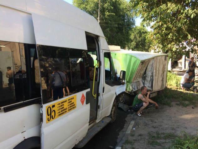 Микроавтобус маршрута №95 врезался в грузовик саратовской кондитерской