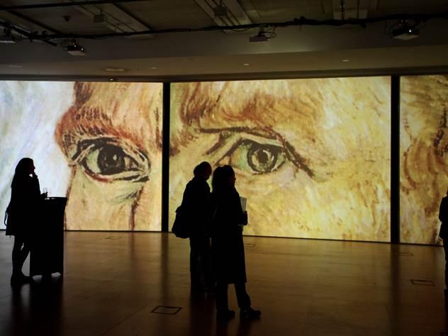 После выставки Ван Гога посетители отправляются в сувенирный магазин, где можно купить какой-нибудь товар с принтами его картин.