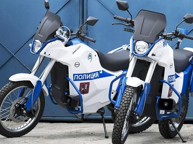 Московские полицейские пополнили свой автопарк новинками от концерна Калашников. Мотоциклы и электромобили сделаны специально для стражей порядка и окрашены в цвет полиции. Тестировать электрические мотоциклы Иж Пульсар будут до окончания ЧМ-2018.