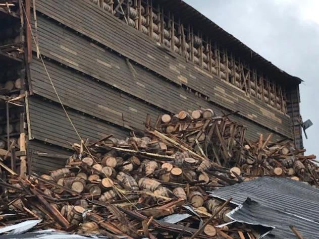 Узнав эту новость любители виски по всему миру тяжело вздыхают. В США на знаменитом заводе Barton 1792 Distillery обрушился один из 29 складов, где хранилась готовая продукция. Здание 1940-х годов постройки не выдержало испытания временем и сложилось, как карточный домик. Под руинами оказались похоронены 18 тысяч бочек с первоклассным виски.