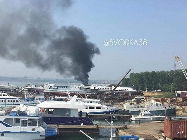 В Иркутске на пристани загорелся корабль