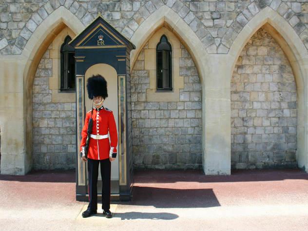 Британский гвардеец толкнул туристку