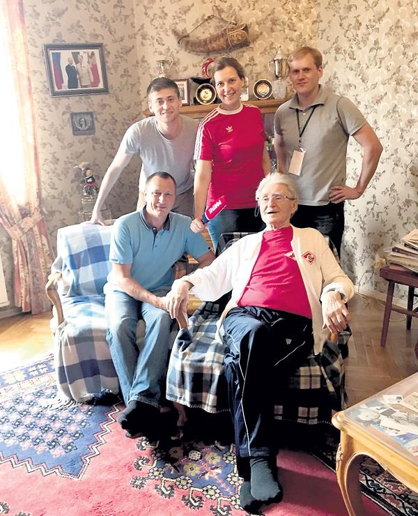 В квартире у Парамонова: в красной футболке — Светлана Нагорная
