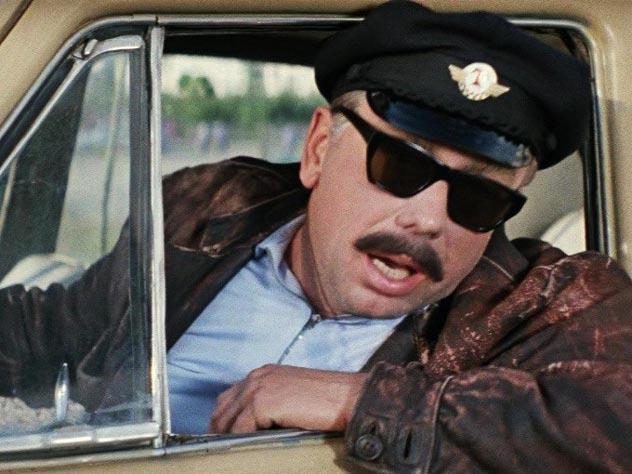 «Такси на Дубровку заказывали?». Кадр из фильма «Бриллиантовая рука»