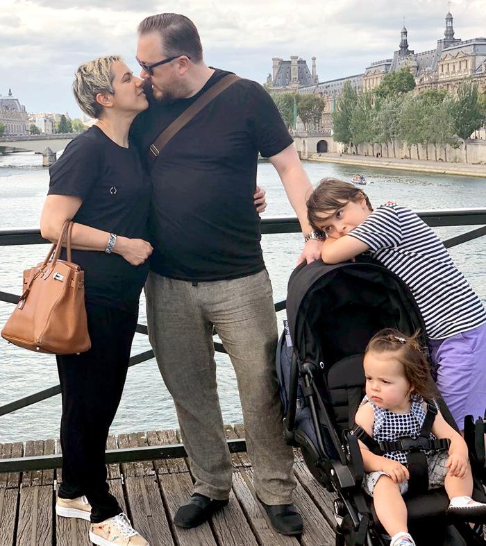 Лола, которая давно живет в США, со своей семьей во время путешествия во Францию. Зять Юлия Соломоновича - британский аристократ Джеймсон Рид Стюарт Бремнер и внуки - Максимилиан и Надежда