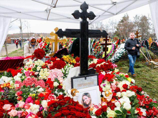 Юлия Началова, могила, крест