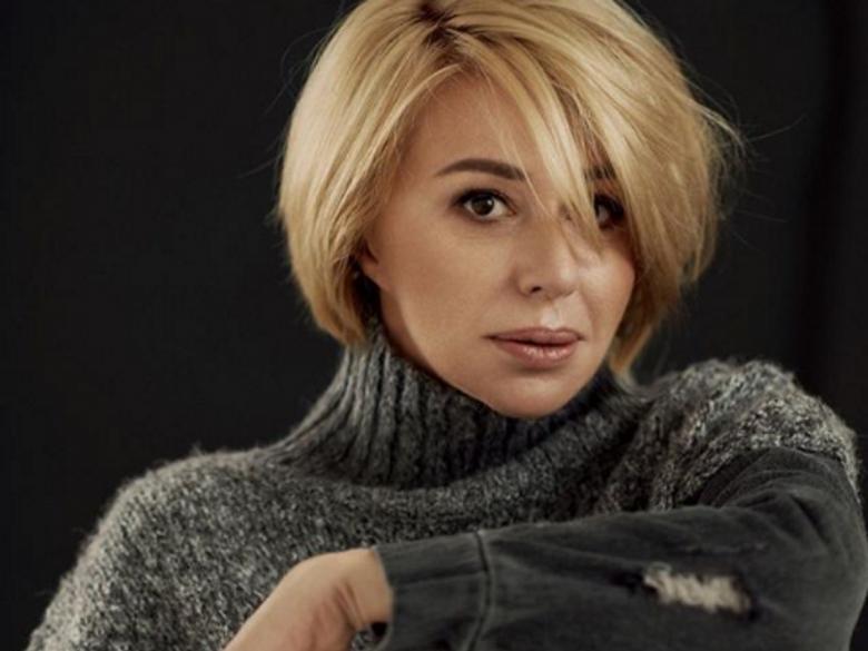 «Хороша»: Алена Апина устроила постельную фотосессию