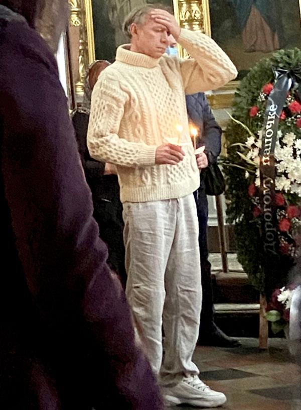 Принимая соболезнования перед отпеванием друга в подмосковном храме Спаса Нерукотворного Образа в Большом Свинорье, Стоцкий едва держался на ногах. Фото Руслана Вороного