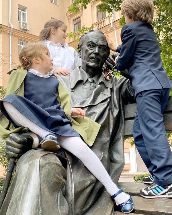Дети Анны и Надежды Михалковых на памятнике знаменитому прадедушке, установленному в Москве, в сквере на Поварской улице