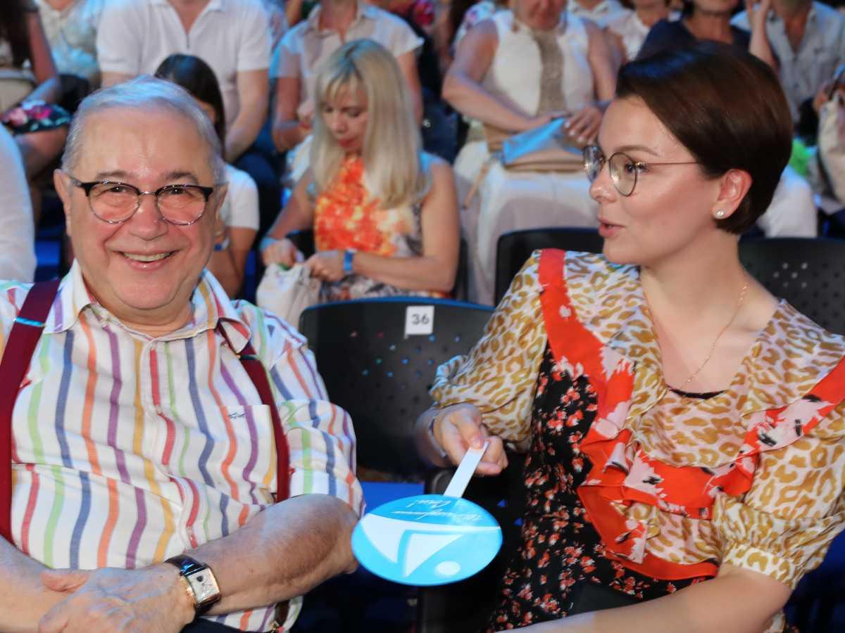 Отдыхающий с молодой женой Евгений Петросян не расстаётся с бутылкой