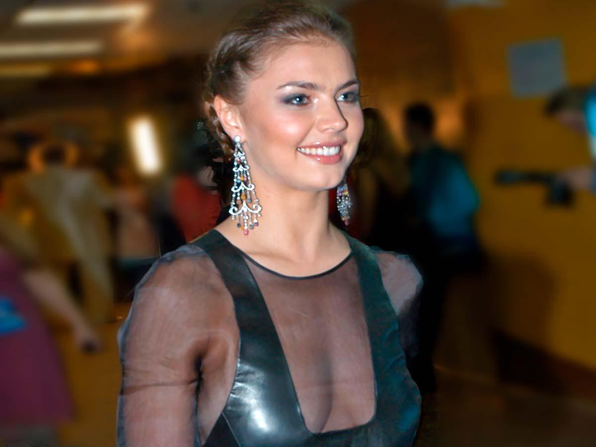 «Золотой петербургский пупочек»: почему Собчак не скрывает зависти к Алине Кабаевой