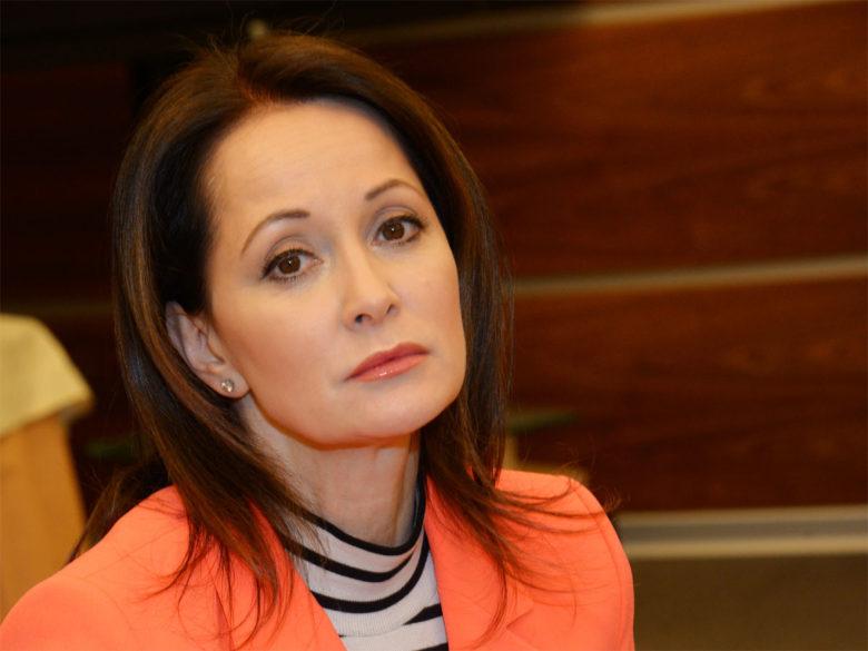Вцепившаяся в стакан Ольга Кабо вывалила обвисшую грудь