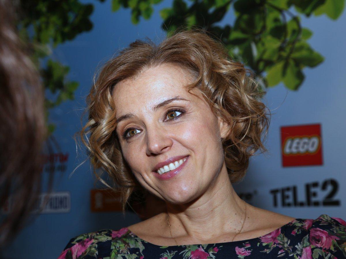 «Как глубоко»: 47-летняя Ксения Алферова сверкнула декольте